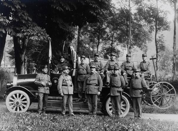Des hommes du Bataillon posant devant la première pompe automobile en service à Fribourg en 1921.