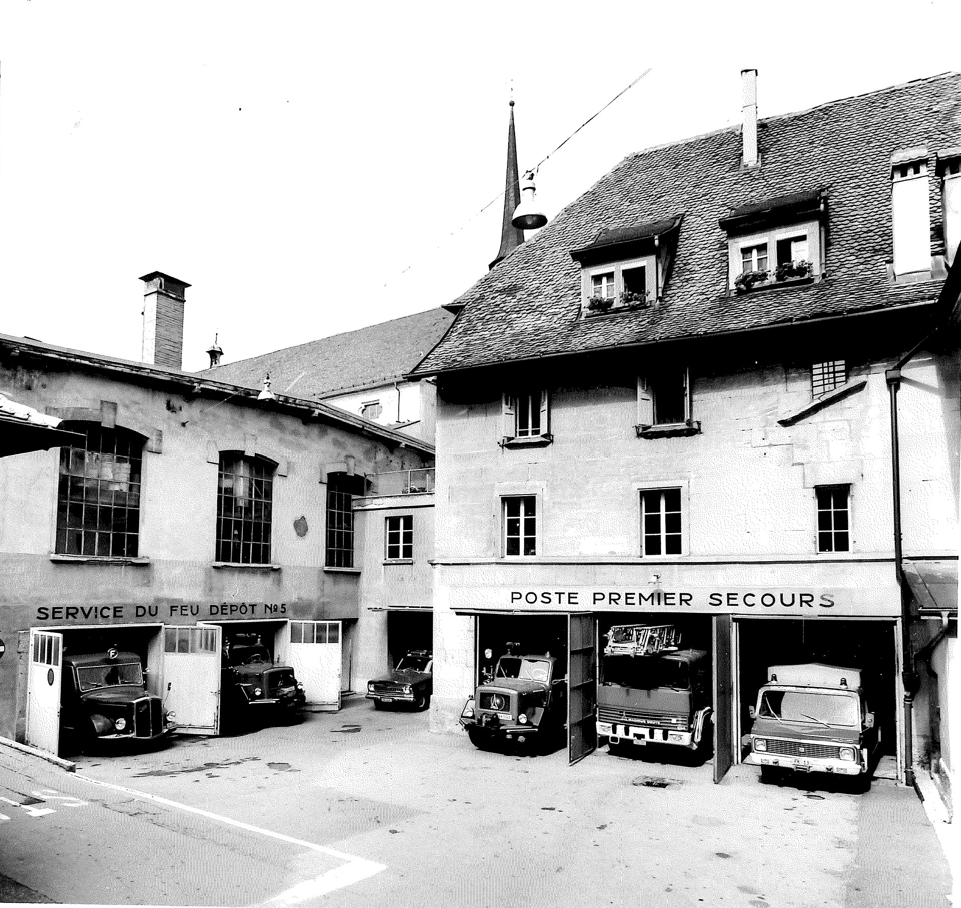 Poste de premiers secours de Fribourg, place Notre-Dame. Photographie de Jean Mülhauser, en 1980.